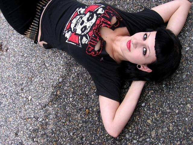 Leżąca dziewczyna ubrana w stylu gotyckim