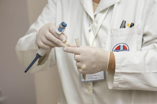 Lekarz ginekolog w kitlu leczący niepłodność
