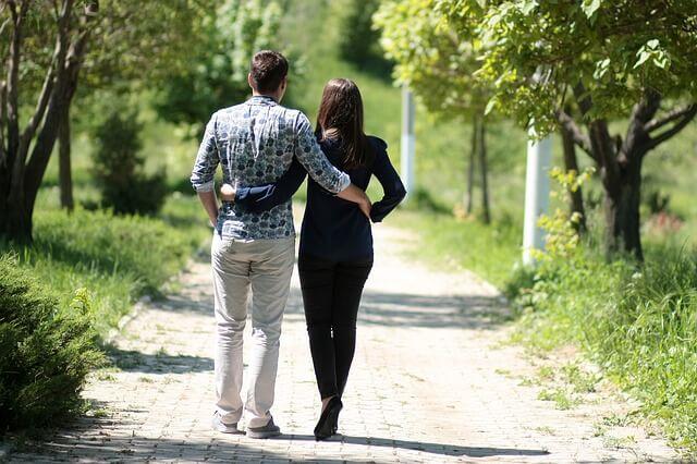 Para na spacerze w parku na randce