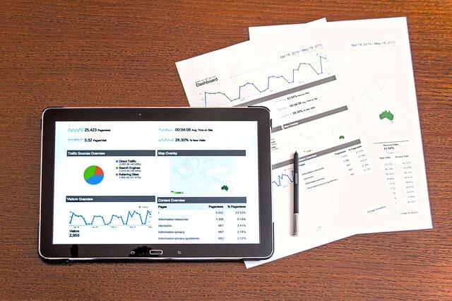 Tablet i dokumenty z notowaniami obligacji na giełdzie