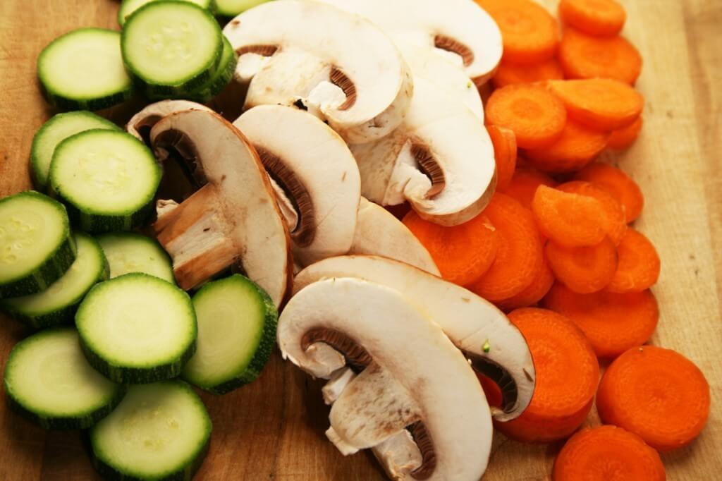 Świeże warzywa do diety rozdzielnej na desce do krojenia