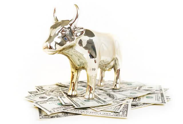 Złoty byk z Wall Street na pieniądzach z funduszy inwestycyjnych