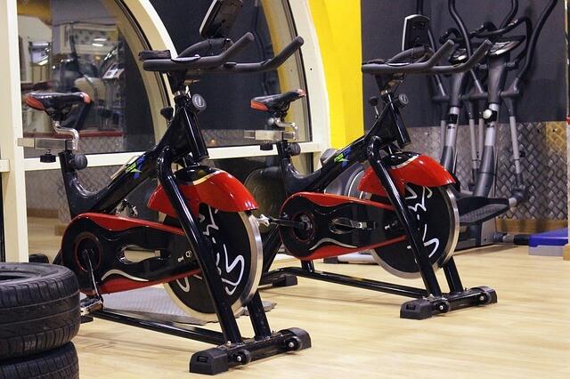 Dwa czerwone rowerki treningowe