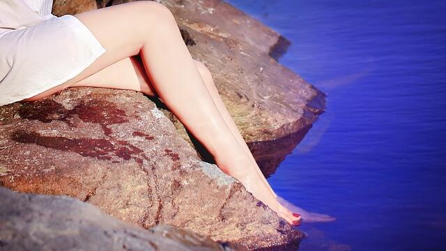 Kobiece łydki bez żylaków w wodzie