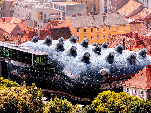 Futurystyczny budynek muzeum Kunsthaus Graz w Austrii