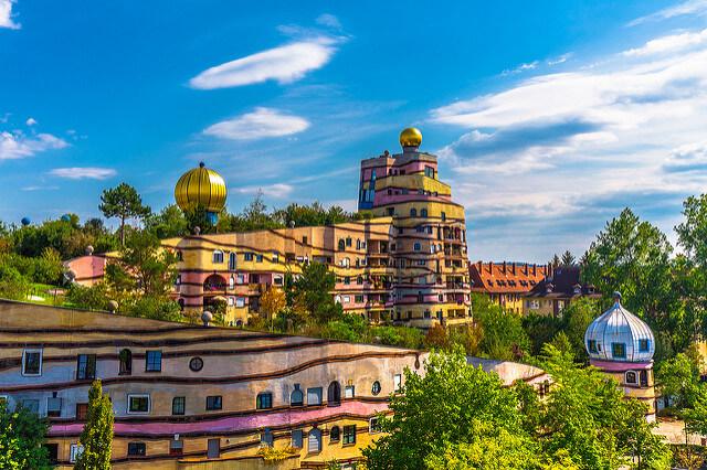 Kolorowy budynek Waldspirale w Niemczech
