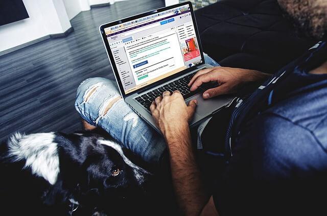 Mężczyzna szuka dziewczyny w internecie na laptopie