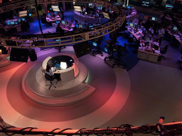 Pomieszczenie redakcji sportowej gdzie jest nagrywany materiał telewizyjny