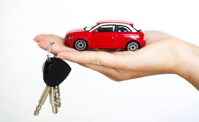 Dłoń z kluczami i samochodem