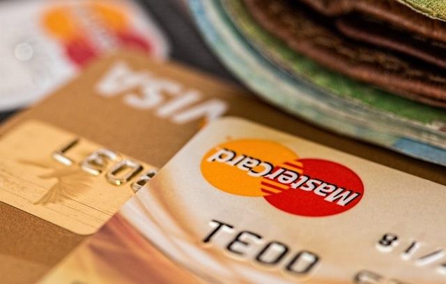 Karta kredytowa i pieniądze