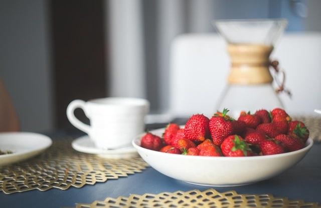 Półmisek truskawek na stole