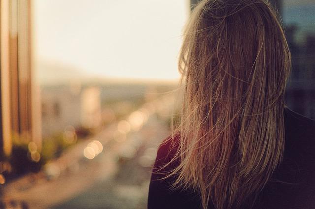 Kobieta z prostyki włosami