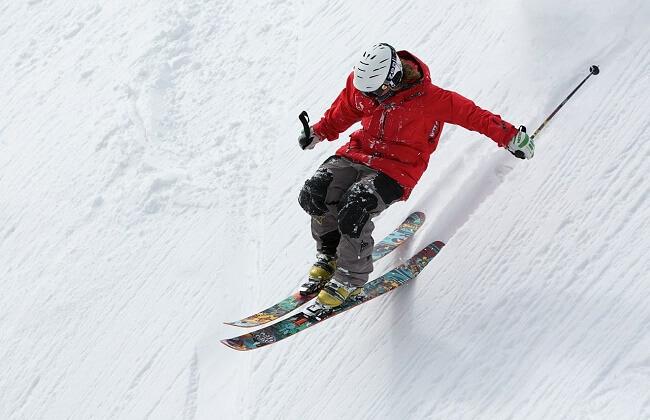 zjazd na nartach
