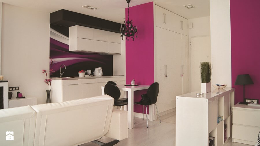 Kuchnia z różową ścianą