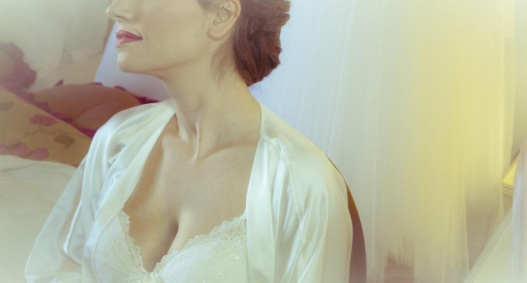 Kobieta z pięknym biustem w białej bieliźnie