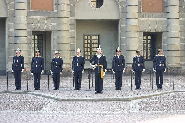 zmiana warty przy Zamku Królewskim w Sztokholmie
