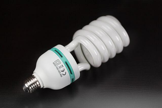świecąca się żarówka energooszczędna