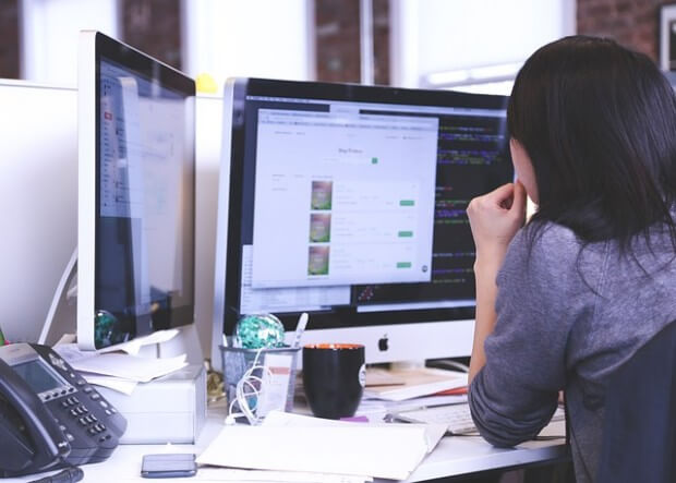 kobieta przeglądająca oferty pracy