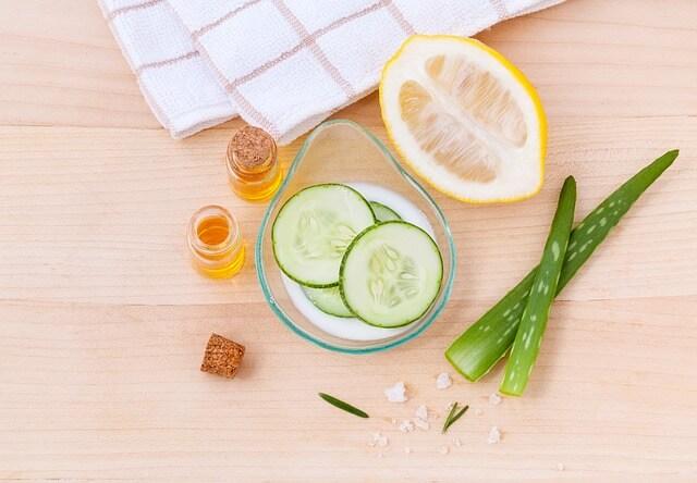 Naturalne składniki do stworzenia toniku kosmetycznego, leżące na stole