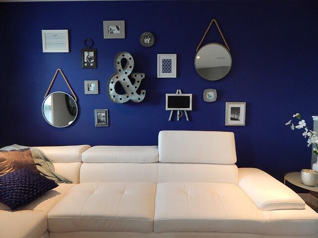 niebieskie ściany w salonie