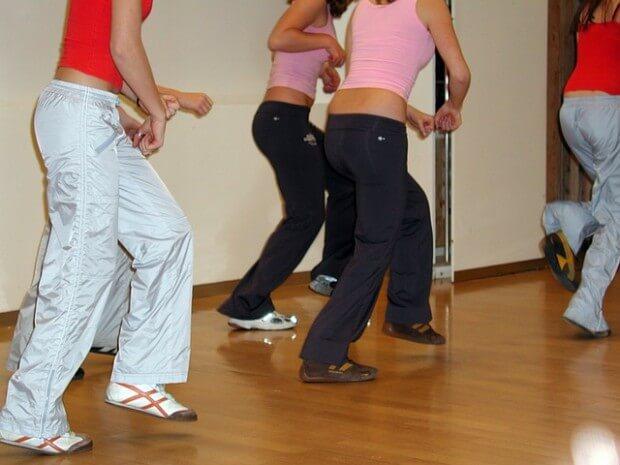 grupa osób ćwiczy aerobik
