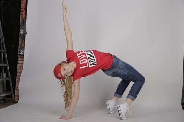 Dziewczyna tańczy nowoczesny taniec