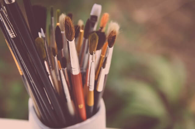 Pędzle do malowania obrazów w kubku