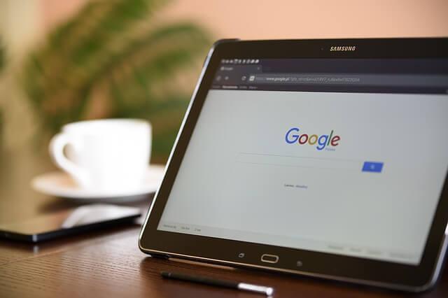 Przeglądarka internetowa na tablecie na biurku