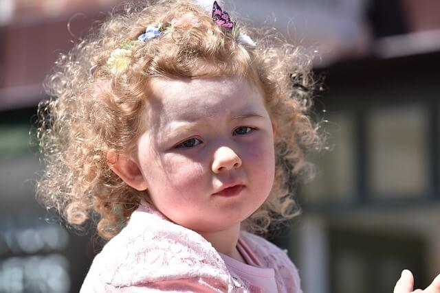 Dziewczynka z autyzmem na placu zabaw