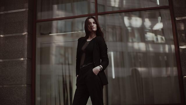 Kobieta w czarnej stylizacji