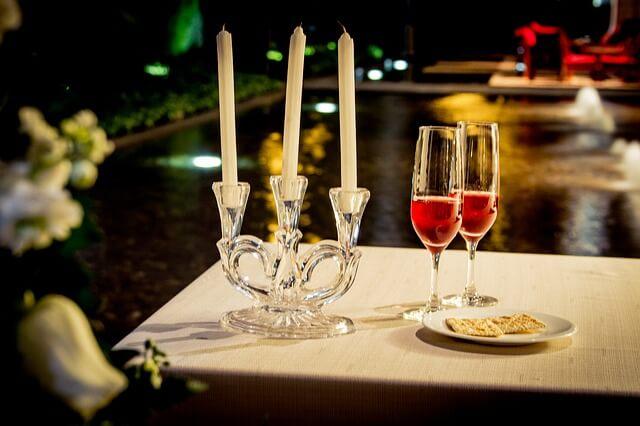 Stół przygotowany na romantyczną kolację dla dwojga