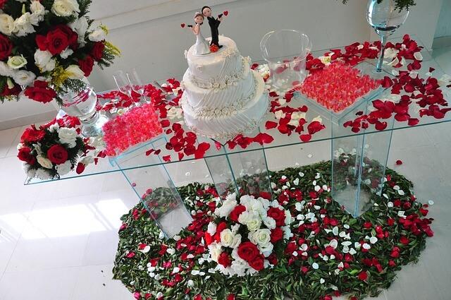 Figurka na torcie weselnym