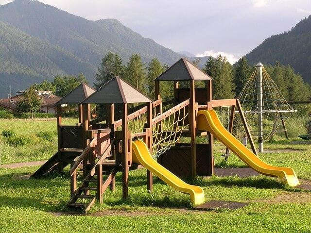 Plac zabaw w ośrodku wypoczynkowym w górach