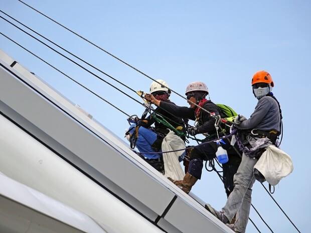Pracownicy na linach i w kaskach stosujący zasady BHP