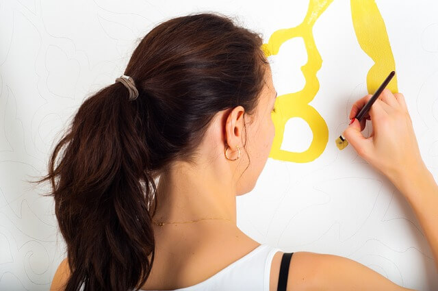 dziewczyna maluje obraz