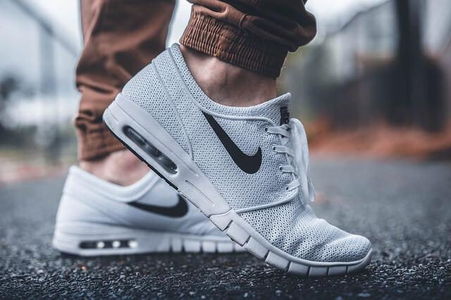 nogi w butach Nike
