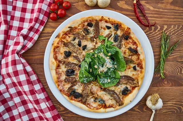Udekorowana pizza na stole