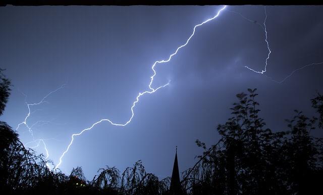 Strzelające pioruny podczas burzy