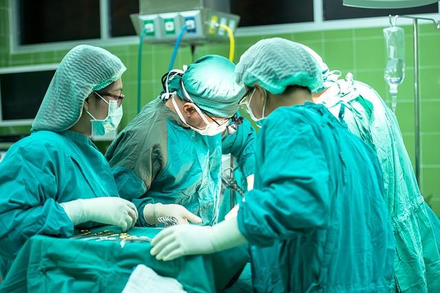 chirurdzy podczas operacji