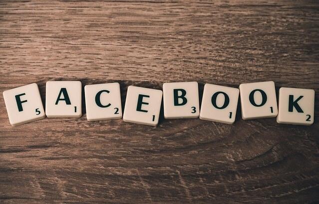 Napis facebook z klocków od scrabble