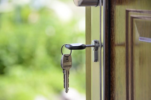 klucze w drzwiach do mieszkania