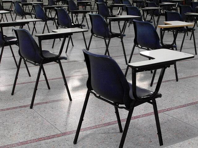Puste krzesła na egzaminie