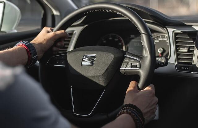 Kierowca prowadzący samochód