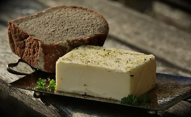 chleb i kostka masła