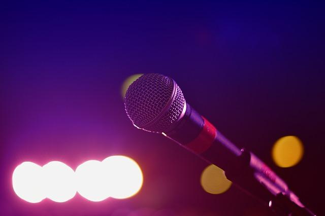 mikrofon w blasku reflektorów