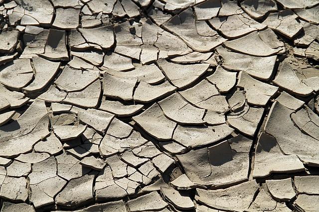 popękana powierzchnia pustyni