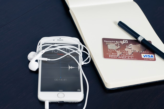 telefon, pióro i karta kredytowa