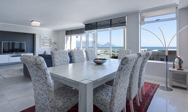 Salon z krzesłami i stołem