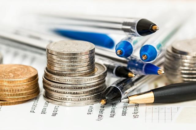 Pieniądze i długopisy na dokumentach