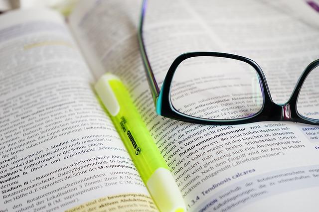 książka, okulary  zakreślacz